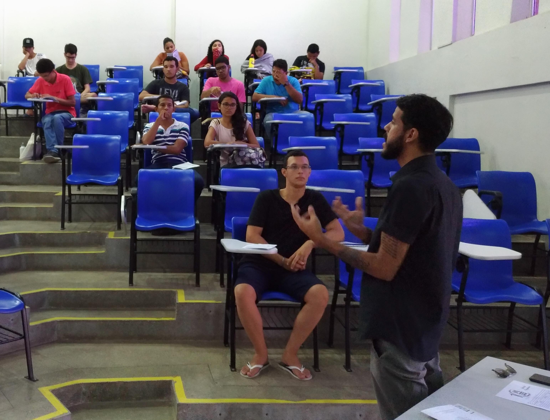 Victor Hugo Apresentou O Centro Acadêmico Ao Público Da Mostra De Profissões